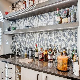 Foto di un angolo bar con lavandino minimal con lavello sottopiano, ante lisce, ante beige, paraspruzzi multicolore e top nero