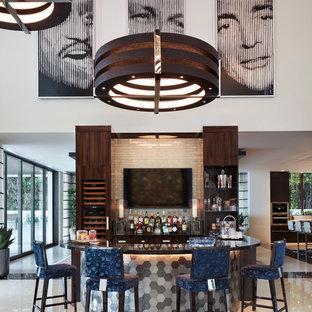 マイアミのコンテンポラリースタイルのおしゃれな着席型バー (フラットパネル扉のキャビネット、濃色木目調キャビネット、白いキッチンパネル、サブウェイタイルのキッチンパネル、白い床) の写真
