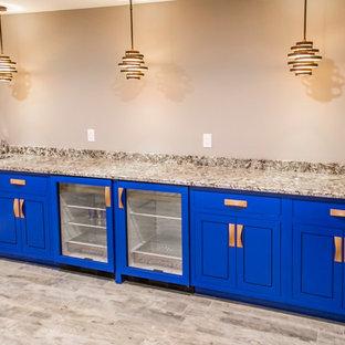 Foto di un angolo bar con lavandino moderno di medie dimensioni con lavello sottopiano, ante a filo, ante blu, top in granito, pavimento con piastrelle in ceramica, pavimento multicolore e top multicolore