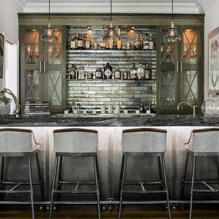 ニューヨークの小さいラスティックスタイルのおしゃれなウェット バー (I型、アンダーカウンターシンク、家具調キャビネット、ヴィンテージ仕上げキャビネット、コンクリートカウンター、マルチカラーのキッチンパネル、メタルタイルのキッチンパネル、無垢フローリング) の写真