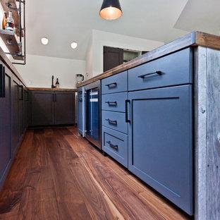ナッシュビルの中サイズのエクレクティックスタイルのおしゃれなウェット バー (L型、アンダーカウンターシンク、シェーカースタイル扉のキャビネット、グレーのキャビネット、木材カウンター、無垢フローリング、茶色い床、茶色いキッチンカウンター) の写真
