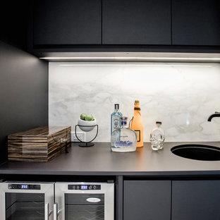 トロントのラスティックスタイルのおしゃれなウェット バー (I型、アンダーカウンターシンク、フラットパネル扉のキャビネット、黒いキャビネット、白いキッチンパネル、大理石のキッチンパネル、黒いキッチンカウンター) の写真