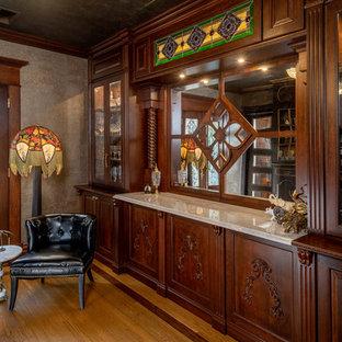 Idee per un angolo bar con lavandino vittoriano di medie dimensioni con lavello da incasso, consolle stile comò, ante in legno scuro, top in marmo, pavimento in legno massello medio, pavimento marrone e top marrone