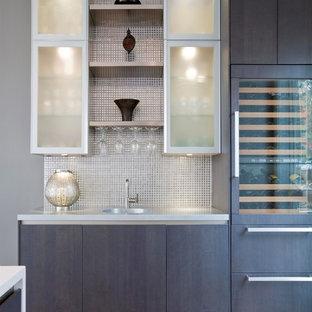マイアミのコンテンポラリースタイルのおしゃれなウェット バー (I型、フラットパネル扉のキャビネット、濃色木目調キャビネット、グレーのキッチンパネル、モザイクタイルのキッチンパネル、濃色無垢フローリング) の写真