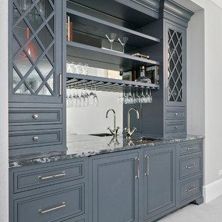Idee per un piccolo armadio bar classico con lavello sottopiano, ante con riquadro incassato, ante grigie, top in marmo, paraspruzzi grigio, paraspruzzi a specchio e moquette