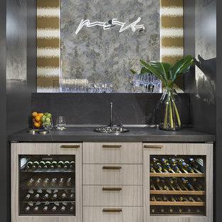 Immagine di un piccolo angolo bar minimal con ante lisce, ante beige, paraspruzzi grigio, parquet scuro e pavimento marrone