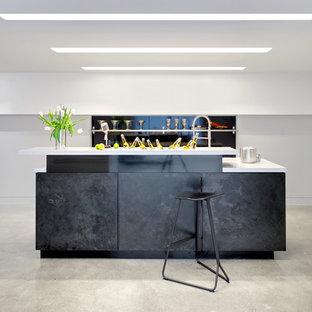 Idee per un bancone bar nordico con nessun'anta, paraspruzzi nero, pavimento in cemento, pavimento grigio e ante nere