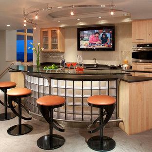 Foto di un ampio bancone bar contemporaneo con moquette, ante lisce, ante in legno chiaro, lavello sottopiano, pavimento beige e top nero