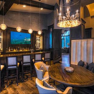 ソルトレイクシティの巨大なトランジショナルスタイルのおしゃれな着席型バー (濃色木目調キャビネット、木材カウンター、茶色いキッチンパネル、ミラータイルのキッチンパネル、濃色無垢フローリング、コの字型、茶色い床) の写真
