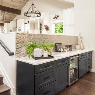デンバーのトランジショナルスタイルのおしゃれなホームバー (I型、シンクなし、シェーカースタイル扉のキャビネット、黒いキャビネット、メタルタイルのキッチンパネル、濃色無垢フローリング、茶色い床、白いキッチンカウンター) の写真
