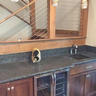 ボイシのラスティックスタイルのおしゃれなホームバー (I型、濃色木目調キャビネット、セラミックタイルのキッチンパネル、ドロップインシンク、青いキッチンパネル) の写真
