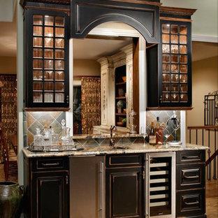 Idee per un piccolo angolo bar con lavandino rustico con lavello sottopiano, ante con bugna sagomata, ante nere, top alla veneziana, parquet chiaro, paraspruzzi in ardesia e pavimento beige