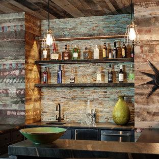 リッチモンドの広いラスティックスタイルのおしゃれなウェット バー (スレートの床、アンダーカウンターシンク、御影石カウンター、茶色いキッチンパネル、ボーダータイルのキッチンパネル) の写真