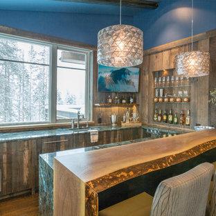 Ispirazione per un bancone bar rustico di medie dimensioni con lavello sottopiano, ante lisce, ante con finitura invecchiata, top in granito, paraspruzzi marrone, pavimento in legno massello medio e top turchese