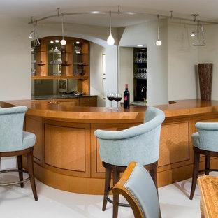 他の地域の中くらいのコンテンポラリースタイルのおしゃれな着席型バー (オープンシェルフ、中間色木目調キャビネット、ミラータイルのキッチンパネル、カーペット敷き、白い床) の写真