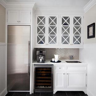 Идея дизайна: прямой домашний бар в классическом стиле с мойкой, врезной раковиной, фасадами с декоративным кантом, белыми фасадами, мраморной столешницей, бежевым фартуком и фартуком из плитки кабанчик