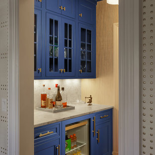 Esempio di un angolo bar con lavandino chic di medie dimensioni con lavello sottopiano, ante con riquadro incassato, ante blu, top in marmo, paraspruzzi bianco, paraspruzzi in marmo, pavimento in legno massello medio e pavimento marrone
