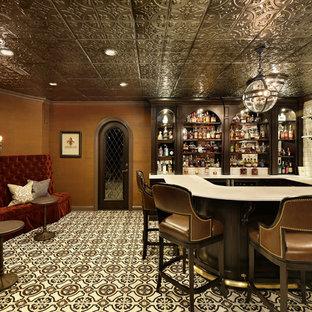 Exempel på en klassisk u-formad hemmabar med stolar, med skåp i mörkt trä, beige stänkskydd, stänkskydd i keramik, klinkergolv i keramik och flerfärgat golv