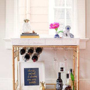 チャールストンのトランジショナルスタイルのおしゃれなバーカート (白いキッチンパネル、無垢フローリング、茶色い床) の写真