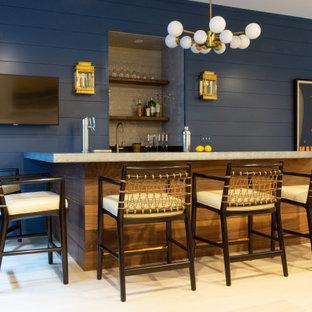 ボストンの広いビーチスタイルのおしゃれな着席型バー (L型、中間色木目調キャビネット、亜鉛製カウンター、ベージュキッチンパネル、セラミックタイルのキッチンパネル、淡色無垢フローリング、ベージュの床、グレーのキッチンカウンター) の写真