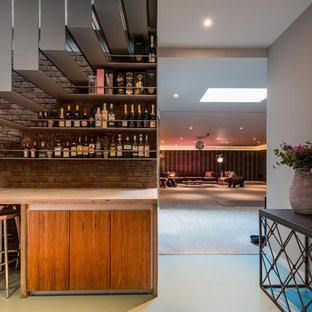 ロンドンの中くらいのコンテンポラリースタイルのおしゃれなウェット バー (I型、フラットパネル扉のキャビネット、淡色木目調キャビネット、緑の床、ベージュのキッチンカウンター) の写真