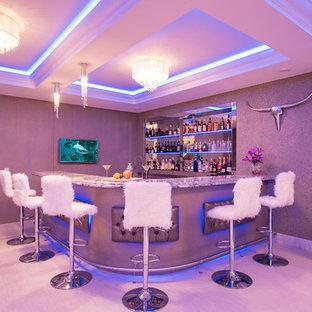 Idee per un bancone bar contemporaneo di medie dimensioni con nessun'anta, paraspruzzi a specchio e pavimento grigio