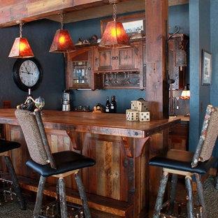 他の地域の小さいラスティックスタイルのおしゃれな着席型バー (ll型、シェーカースタイル扉のキャビネット、濃色木目調キャビネット、木材カウンター、青いキッチンパネル、カーペット敷き、茶色いキッチンカウンター) の写真