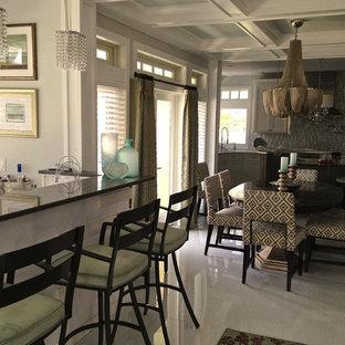 Foto di un bancone bar minimal di medie dimensioni con lavello sottopiano, top in saponaria e pavimento in linoleum