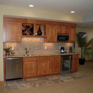 ミルウォーキーの中くらいのトラディショナルスタイルのおしゃれなウェット バー (I型、アンダーカウンターシンク、落し込みパネル扉のキャビネット、中間色木目調キャビネット、御影石カウンター、マルチカラーのキッチンパネル、モザイクタイルのキッチンパネル、カーペット敷き、茶色い床) の写真
