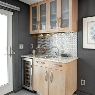Foto di un piccolo angolo bar con lavandino minimal con lavello sottopiano, ante lisce, ante in legno chiaro, paraspruzzi con piastrelle di metallo e pavimento grigio