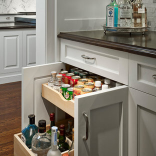 Example of a large classic home bar design in Chicago