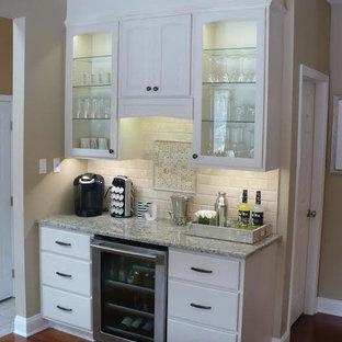 フィラデルフィアのトランジショナルスタイルのおしゃれなホームバー (トラバーチンのキッチンパネル) の写真