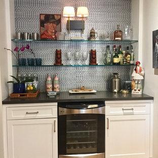 フェニックスの小さいミッドセンチュリースタイルのおしゃれなホームバー (I型、白いキャビネット、クオーツストーンカウンター、マルチカラーのキッチンパネル、淡色無垢フローリング、シェーカースタイル扉のキャビネット) の写真