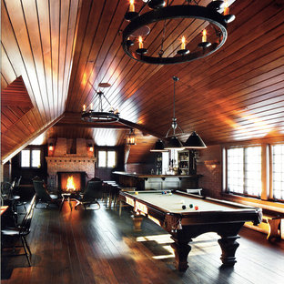 Idéer för stora vintage l-formade hemmabarer med stolar, med släta luckor, skåp i mörkt trä och mörkt trägolv
