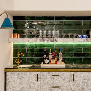 Ispirazione per un grande armadio bar bohémian con lavello sottopiano, ante lisce, ante grigie, top in vetro, paraspruzzi verde e paraspruzzi con piastrelle diamantate