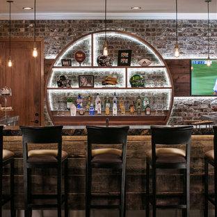 オマハの広いインダストリアルスタイルのおしゃれな着席型バー (オープンシェルフ、レンガのキッチンパネル、コンクリートの床、グレーの床、I型、中間色木目調キャビネット、御影石カウンター) の写真