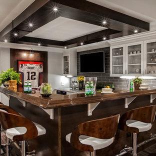 シカゴの広いコンテンポラリースタイルのおしゃれなウェット バー (L型、ガラス扉のキャビネット、白いキャビネット、木材カウンター、グレーのキッチンパネル、ガラスタイルのキッチンパネル、竹フローリング、茶色い床) の写真