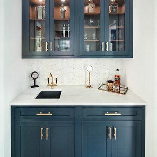 ニューヨークの小さいトランジショナルスタイルのおしゃれなウェット バー (I型、ガラス扉のキャビネット、青いキャビネット、大理石カウンター、白いキッチンパネル、セラミックタイルのキッチンパネル、濃色無垢フローリング) の写真