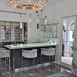 Idee per un grande bancone bar minimalista con lavello sottopiano, ante lisce, ante grigie, top in vetro riciclato e pavimento con piastrelle in ceramica