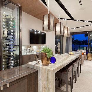 Ispirazione per un bancone bar contemporaneo con ante lisce, ante in legno bruno e paraspruzzi beige
