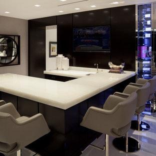 Ispirazione per un grande bancone bar contemporaneo con top in quarzite, pavimento in marmo, pavimento bianco e top bianco
