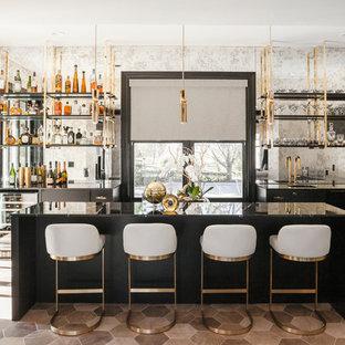 ニューヨークのコンテンポラリースタイルのおしゃれな着席型バー (L型、アンダーカウンターシンク、フラットパネル扉のキャビネット、黒いキャビネット、グレーのキッチンパネル、ミラータイルのキッチンパネル、茶色い床、黒いキッチンカウンター) の写真