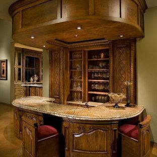 Réalisation d'un bar de salon parallèle victorien avec un plan de travail en marbre, béton au sol, un sol marron, des tabourets et des portes de placard en bois sombre.