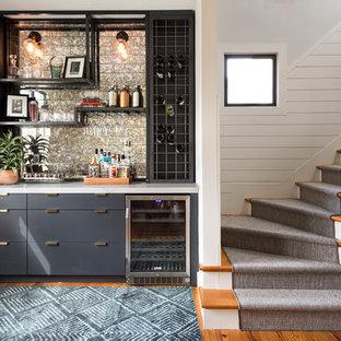 Diseño de bar en casa con fregadero lineal, actual, sin pila, con armarios con paneles lisos, salpicadero multicolor, salpicadero de metal, suelo de madera en tonos medios y puertas de armario negras