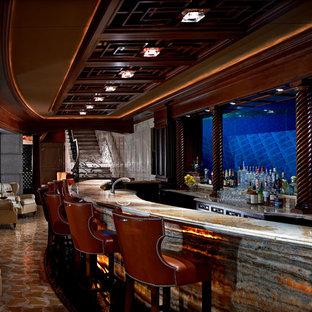 デトロイトの巨大なトラディショナルスタイルのおしゃれな着席型バー (I型、アンダーカウンターシンク、濃色木目調キャビネット、オニキスカウンター、ガラス板のキッチンパネル、大理石の床) の写真