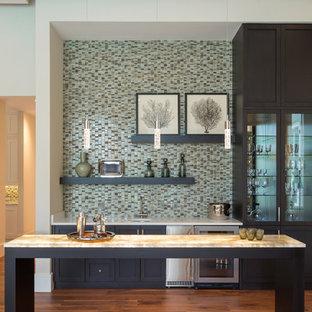 Immagine di un grande angolo bar con lavandino design con lavello sottopiano, ante in stile shaker, ante nere, top in onice, paraspruzzi multicolore, paraspruzzi con piastrelle a mosaico, parquet scuro e pavimento marrone