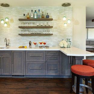 Foto di un bancone bar minimal di medie dimensioni con lavello sottopiano, ante in stile shaker, ante grigie, top in quarzo composito, paraspruzzi multicolore, paraspruzzi con piastrelle di vetro e parquet scuro