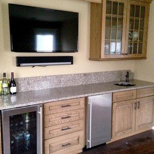 Idee per un angolo bar con lavandino chic di medie dimensioni con lavello sottopiano, ante con bugna sagomata, ante in legno chiaro, top in laminato e parquet scuro