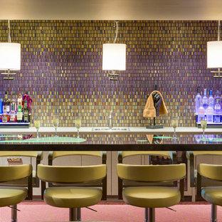他の地域のコンテンポラリースタイルのおしゃれな着席型バー (ll型、フラットパネル扉のキャビネット、グレーのキャビネット、マルチカラーのキッチンパネル、モザイクタイルのキッチンパネル、カーペット敷き、ピンクの床) の写真