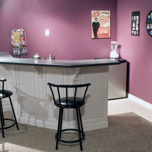 Diseño de bar en casa con barra de bar en L, clásico renovado, pequeño, con armarios con paneles con relieve, puertas de armario rojas, encimera de laminado, moqueta, suelo gris y encimeras grises